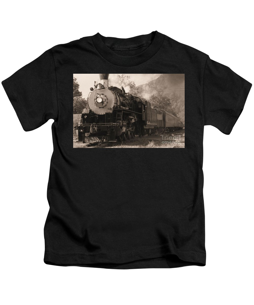 Trains Kids T-Shirt featuring the photograph Coming Around The Mountain by Richard Rizzo