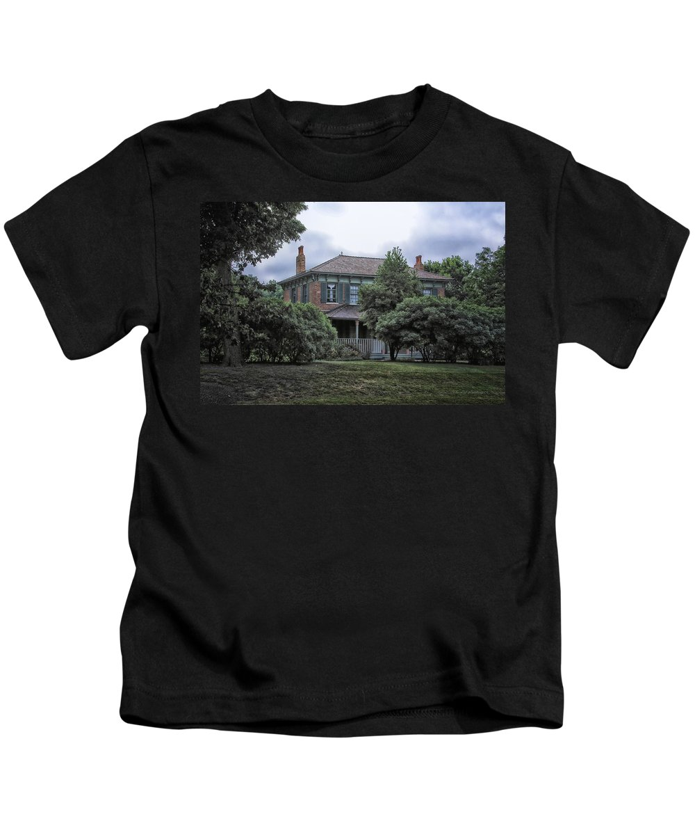 Victorian Kids T-Shirt featuring the photograph Early Victorian Italianate House by Thomas Woolworth