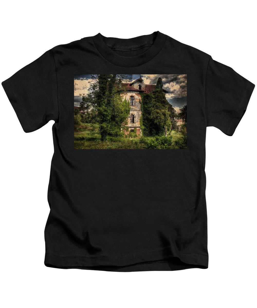 The Old Manor Kids T-Shirt featuring the photograph The Old Manor by Marco Oliveira