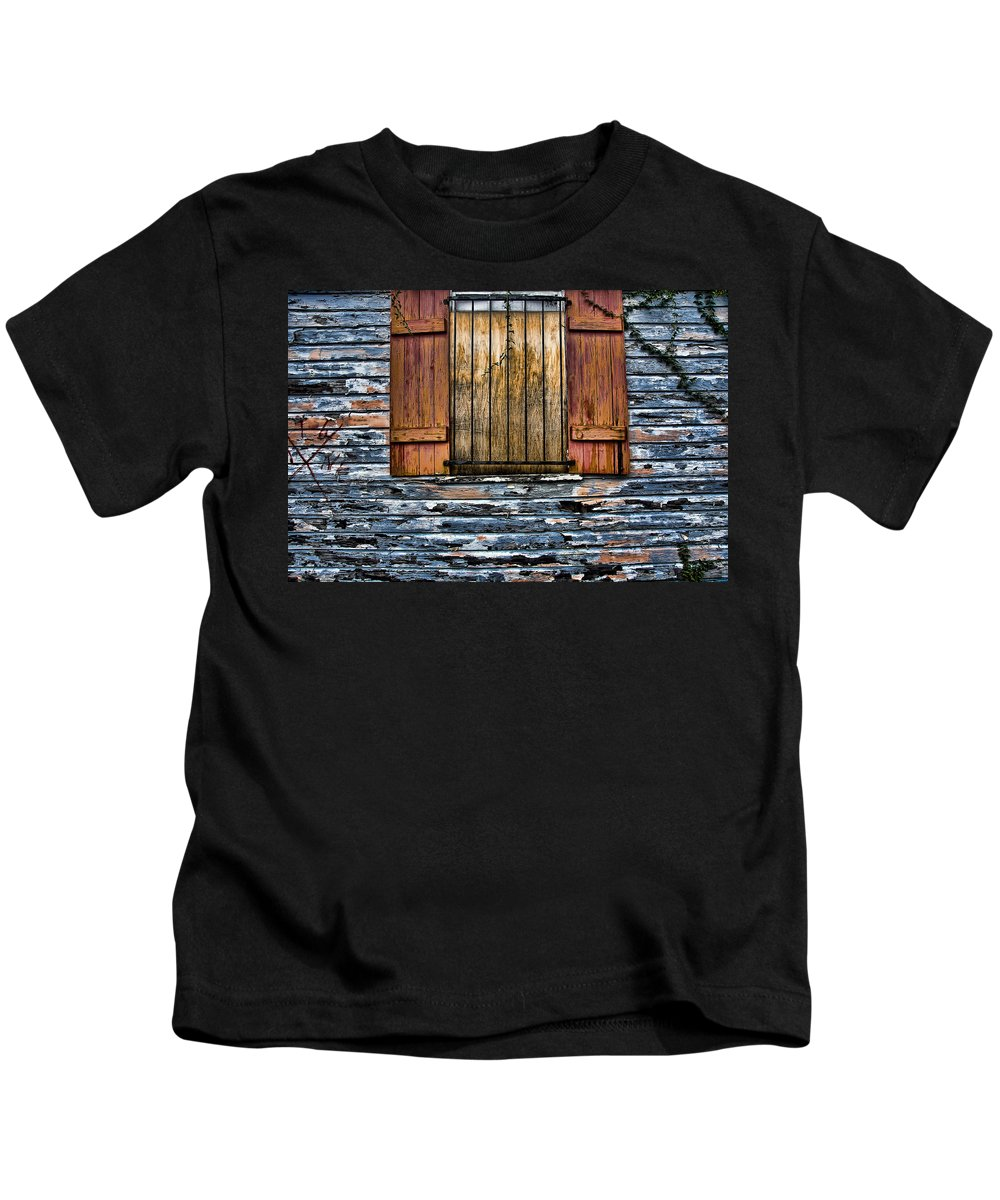 Abandoned Kids T-Shirt featuring the photograph Abandoned Wood Building by Ray Laskowitz