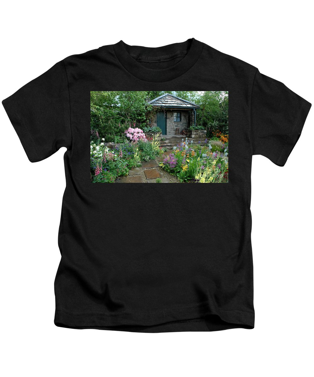 Chelsea Kids T-Shirt featuring the photograph Chelsea Cottage by Mike Nellums