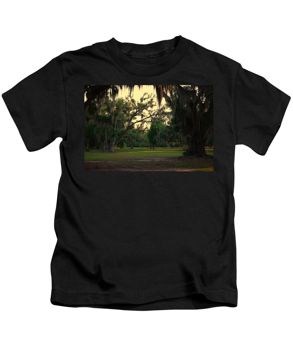 Oaks Kids T-Shirt featuring the photograph Evening In The Mossy Oaks by Beth Gates-Sully