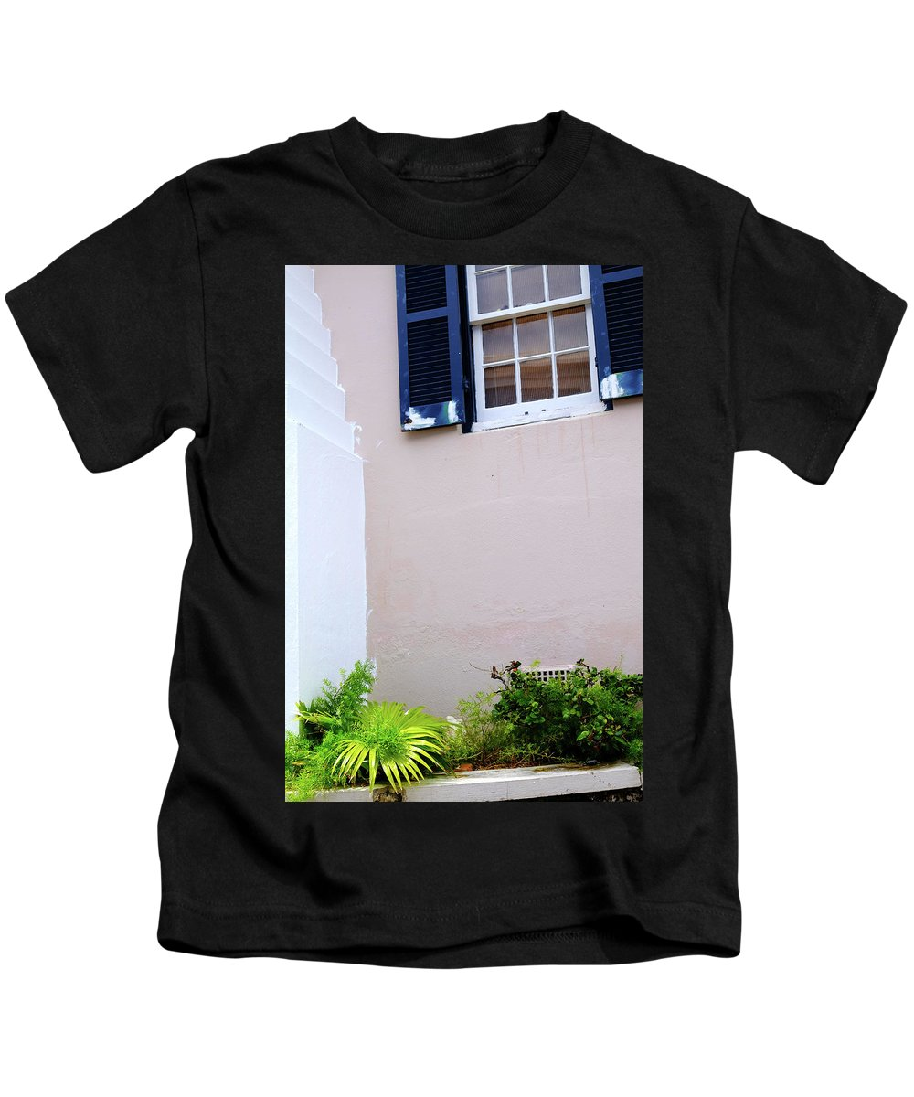 Bermuda Kids T-Shirt featuring the photograph Bermuda House, St. George. by Chris Rossi