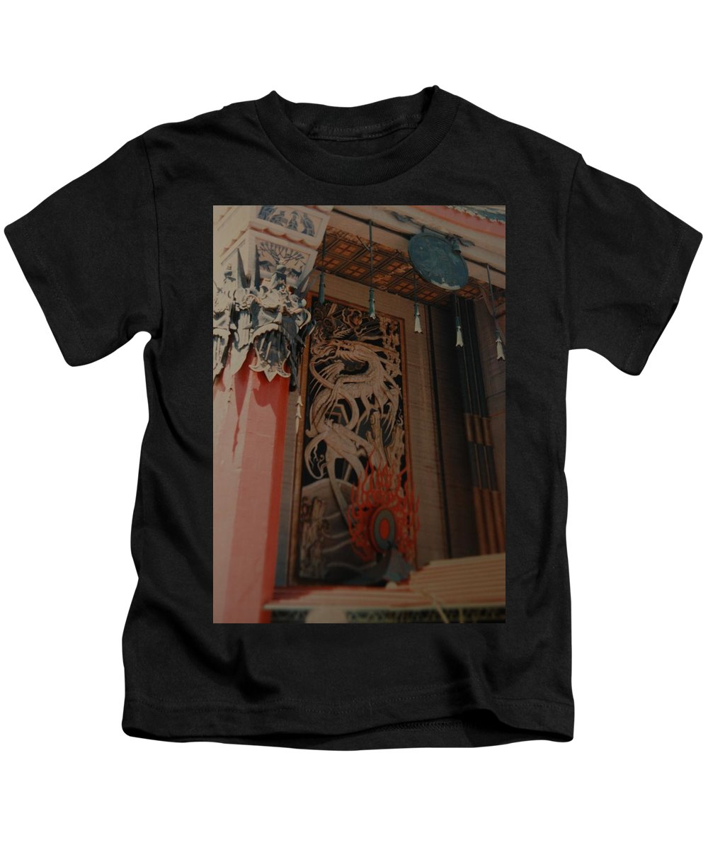 Grumanns Chinese Theater Kids T-Shirt featuring the photograph Grumanns Chinese Theater by Rob Hans