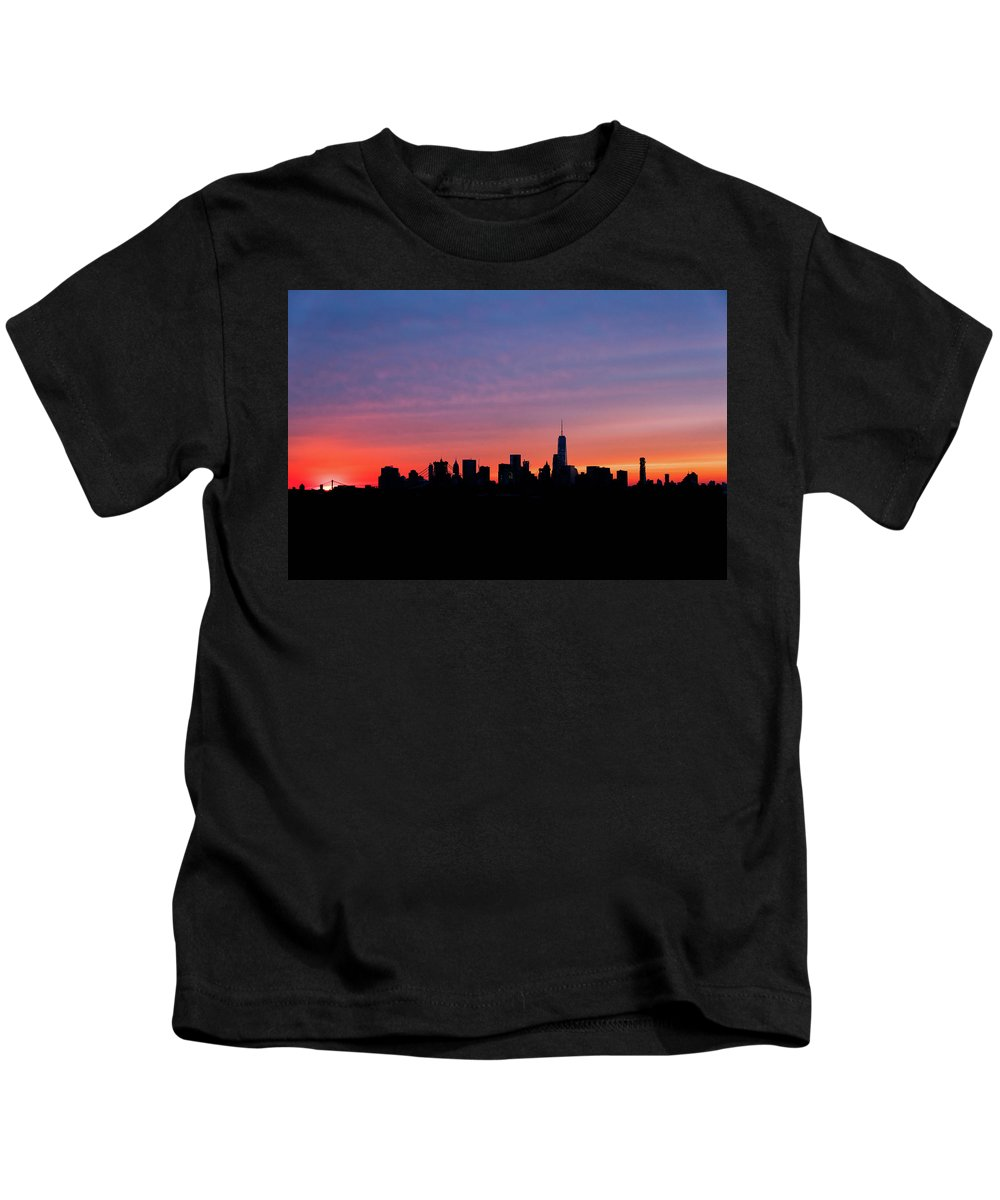 Brooklyn Kids T-Shirt featuring the photograph Manhattan Sunset by Alessandro Crugnola