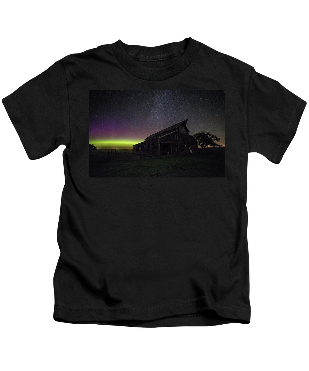 Lights Usa Green 500px Canon Dark Purple Space Mysterious Decay Barn Rural Forgotten Cosmos Astrophotography Amazing South Dakota Awesome Galaxy Aurora Borealis Northern Lights Andromeda Rokinon Abandoned Farm Canova Dark Places Aaron Groen Homegroen Photography Northern Arm Of Milky Way Kids T-Shirt featuring the photograph Mysterious Lights by Aaron J Groen