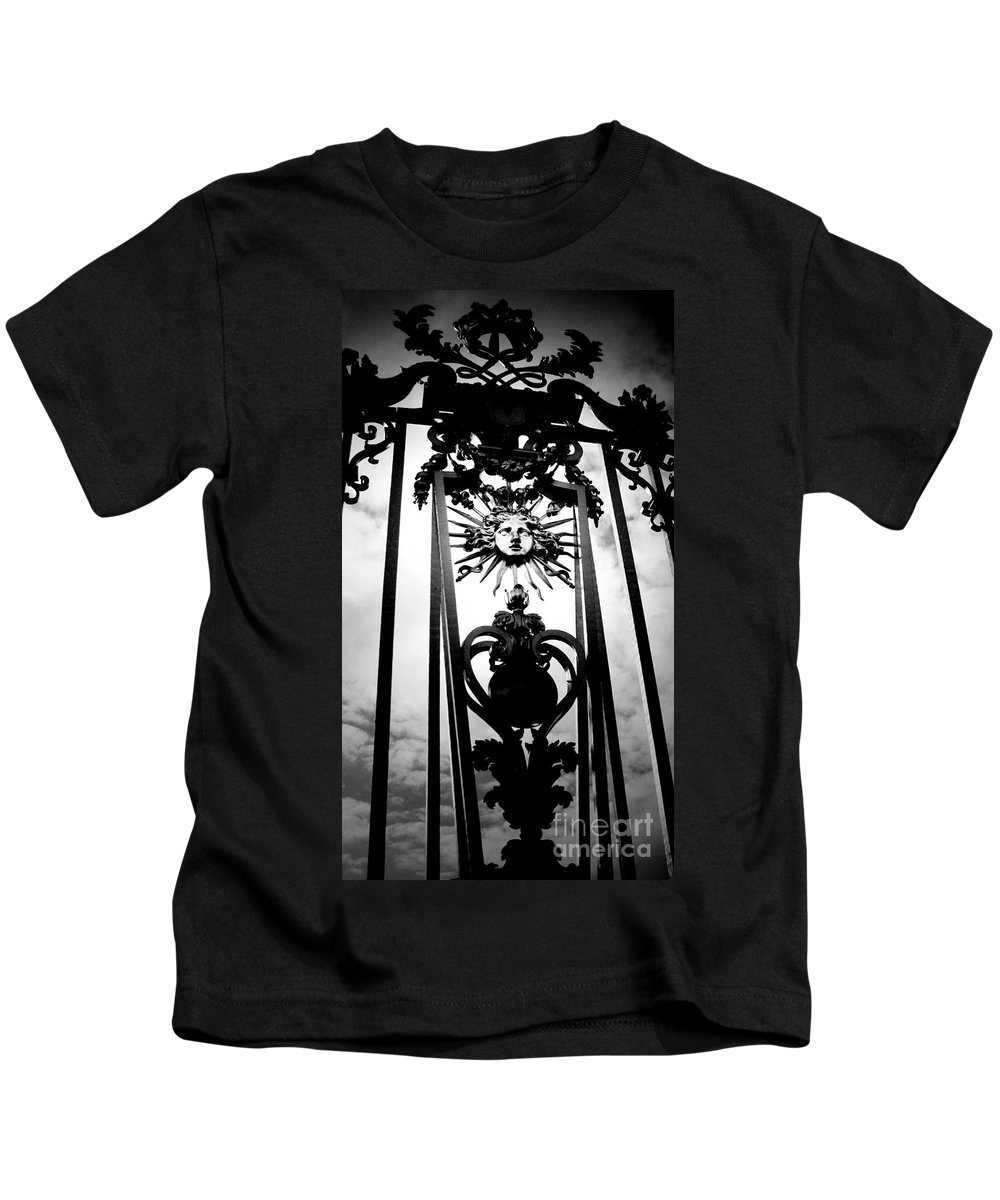 London Kids T-Shirt featuring the photograph Palace Gate by Amanda Barcon