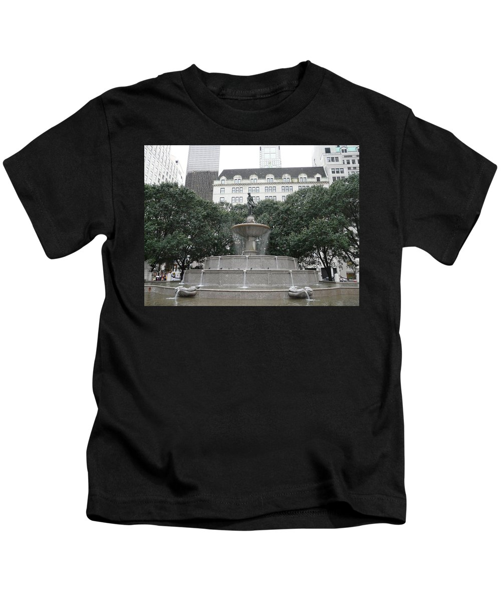 New York Kids T-Shirt featuring the photograph Pulitzer Fountain by Valerie Ornstein