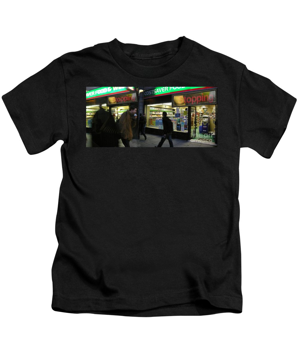 London Kids T-Shirt featuring the photograph Stopping by Ze DaLuz