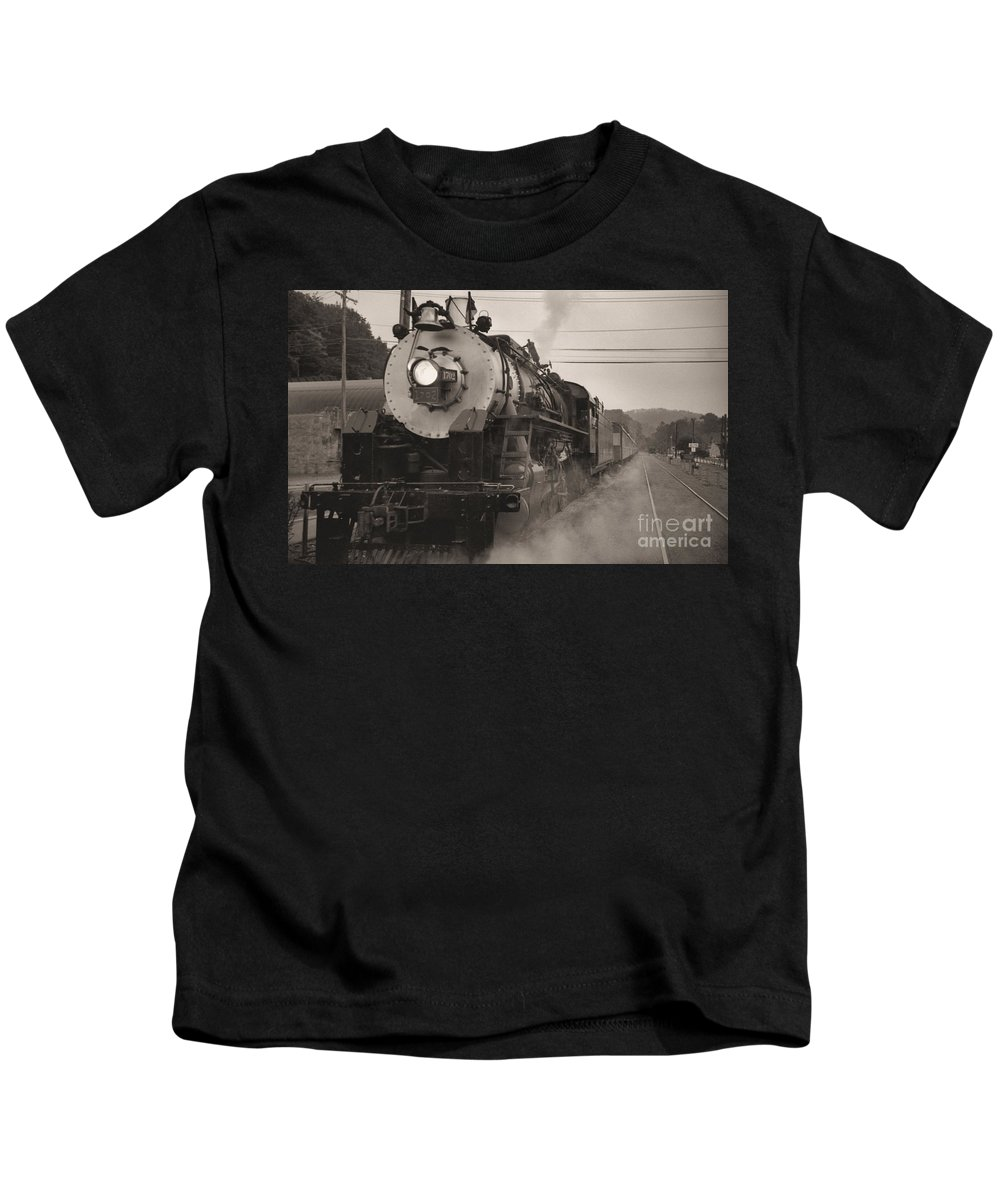 Trains Kids T-Shirt featuring the photograph The 1702 At Dillsboro by Richard Rizzo