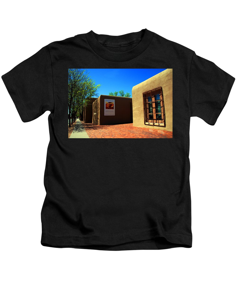 Kids T-Shirt featuring the photograph The Georgia O'keeffe Museum In Santa Fe by Susanne Van Hulst