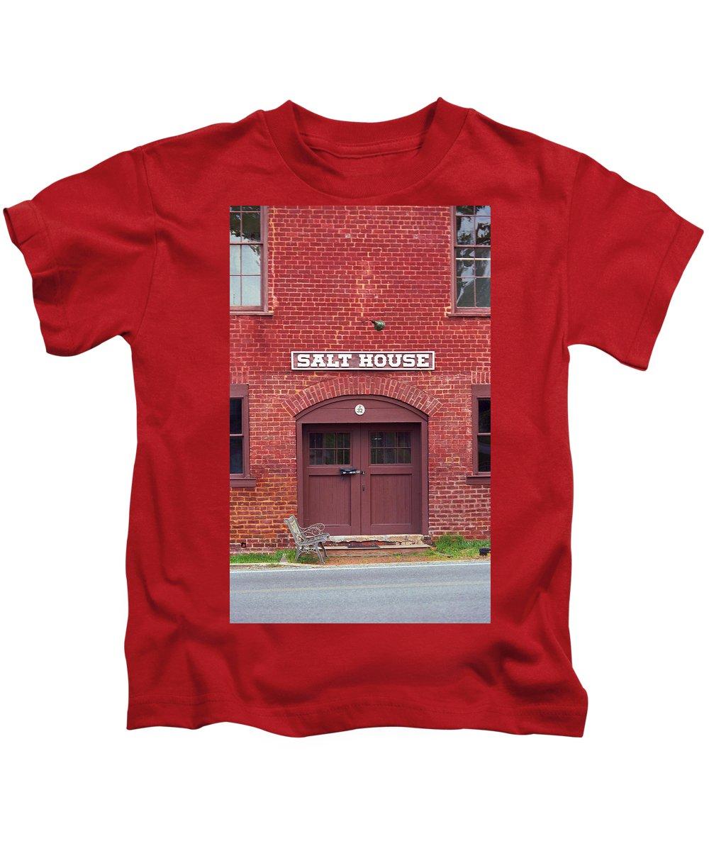 America Kids T-Shirt featuring the photograph Jonesborough Tennessee - Salt House by Frank Romeo