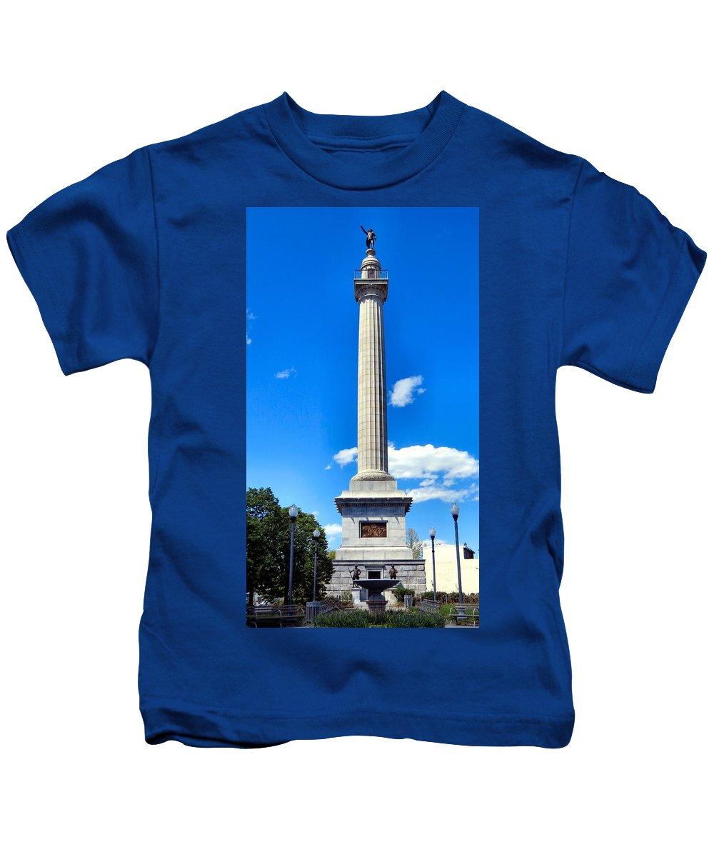 Span Kids T-Shirt featuring the photograph Battle Monument by Art Dingo