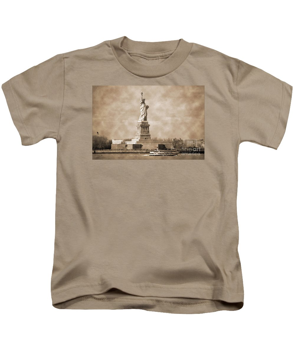 Bw Kids T-Shirt featuring the photograph Vintage Statue Of Liberty by RicardMN Photography