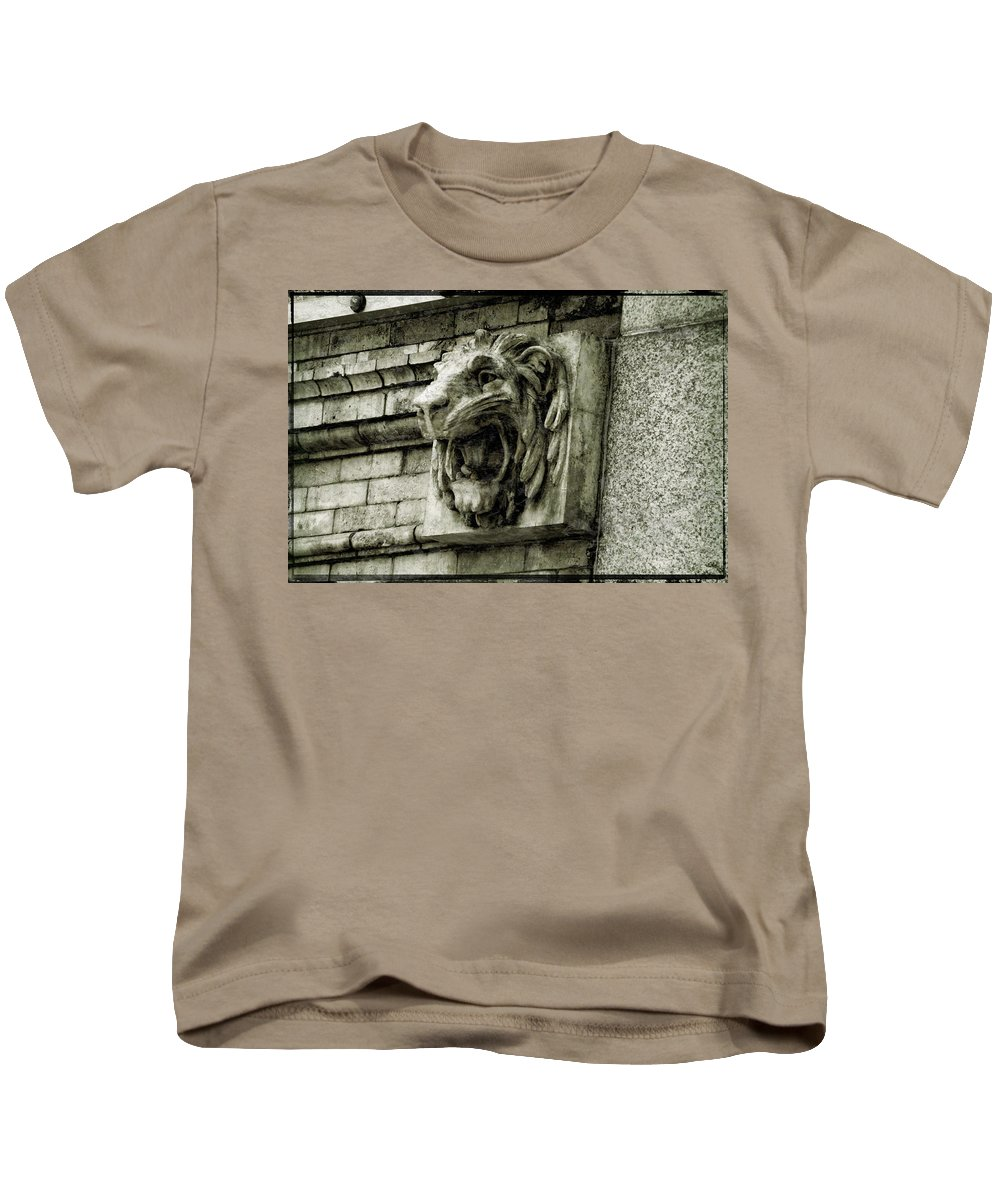 Reading Terminal Kids T-Shirt featuring the photograph Reading Lion by Alice Gipson