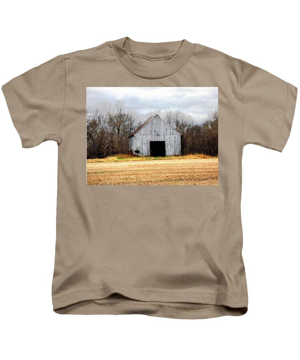 Barn Kids T-Shirt featuring the photograph South County Barn by Karen Lambert