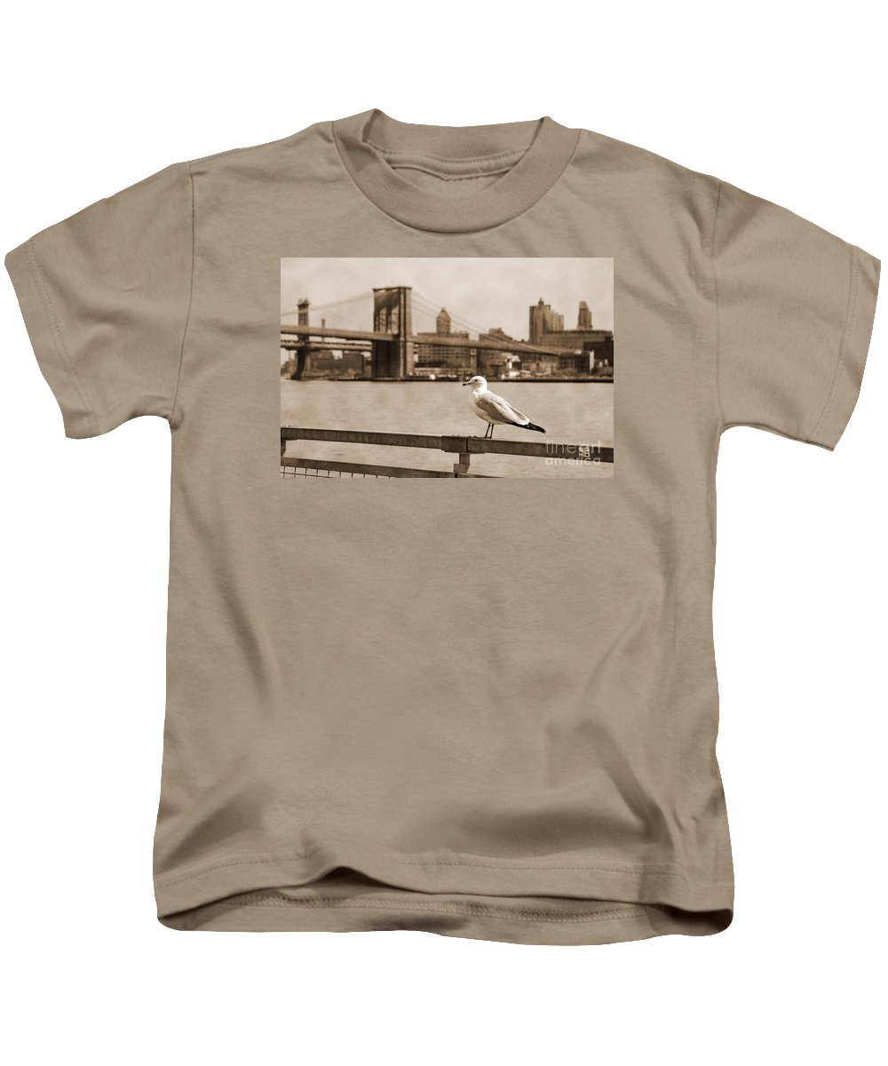 Newyork08 Kids T-Shirt featuring the photograph The Seagull Of The Brooklyn Bridge Vintage Look by RicardMN Photography