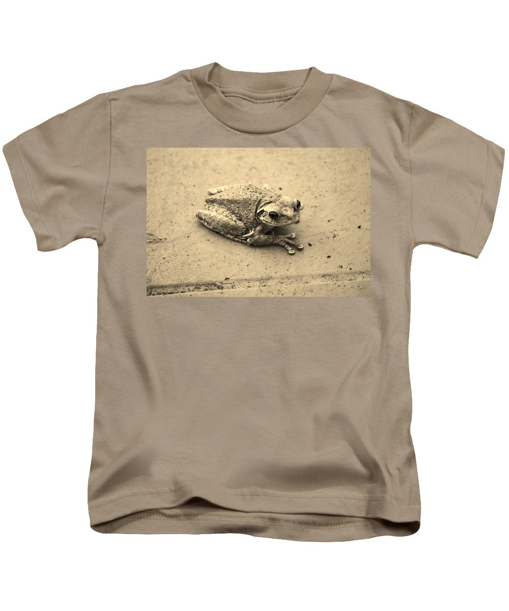 Frog Kids T-Shirt featuring the photograph This Old Frog by Chuck Hicks