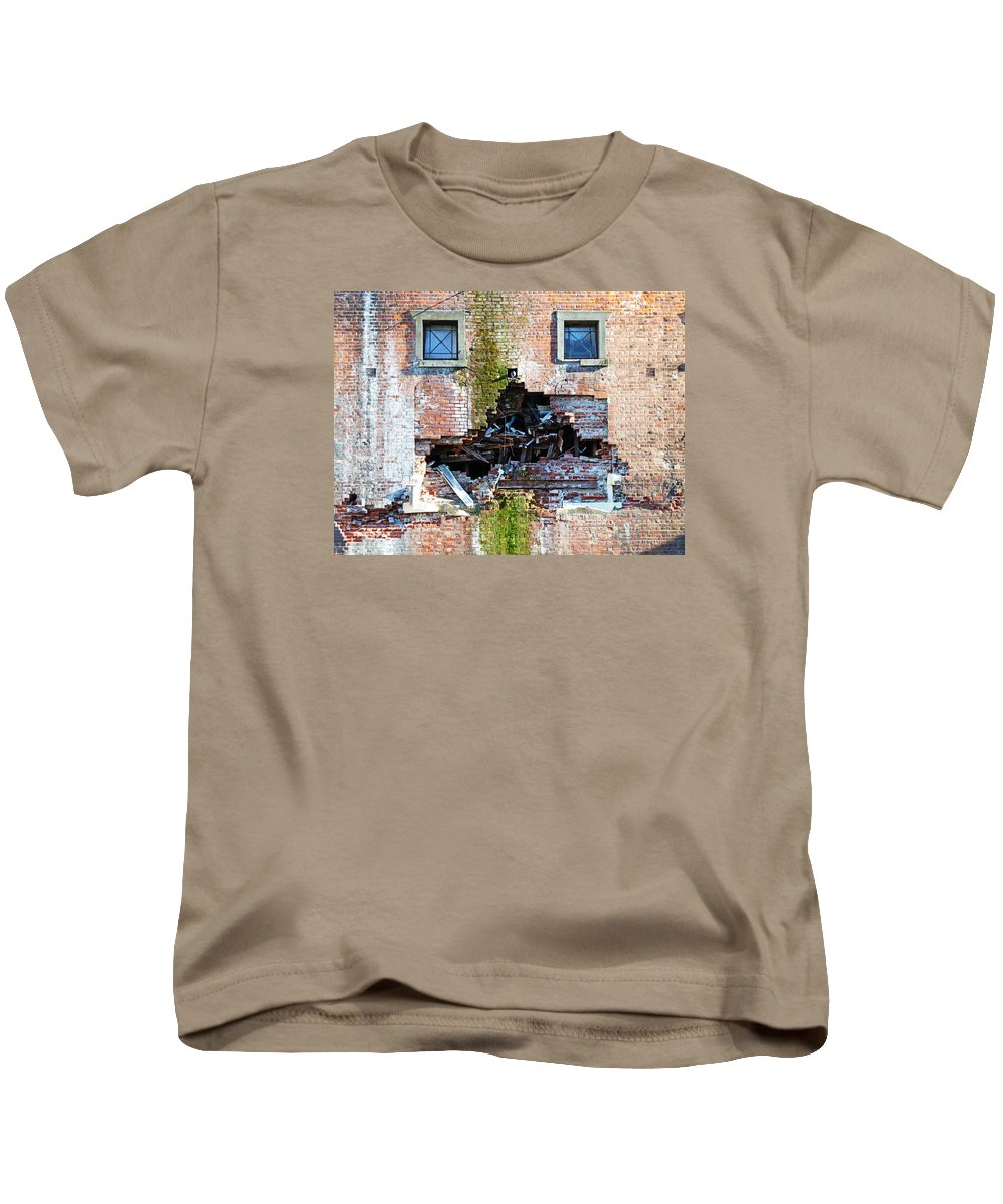 Pigeon Kids T-Shirt featuring the photograph The Face Of A Quake by Steve Taylor
