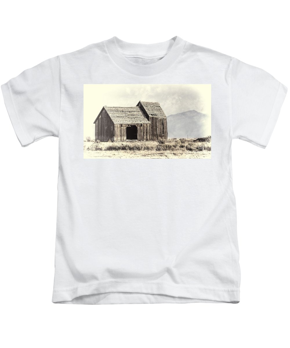 Barn Kids T-Shirt featuring the photograph Old Barn by Dianne Phelps
