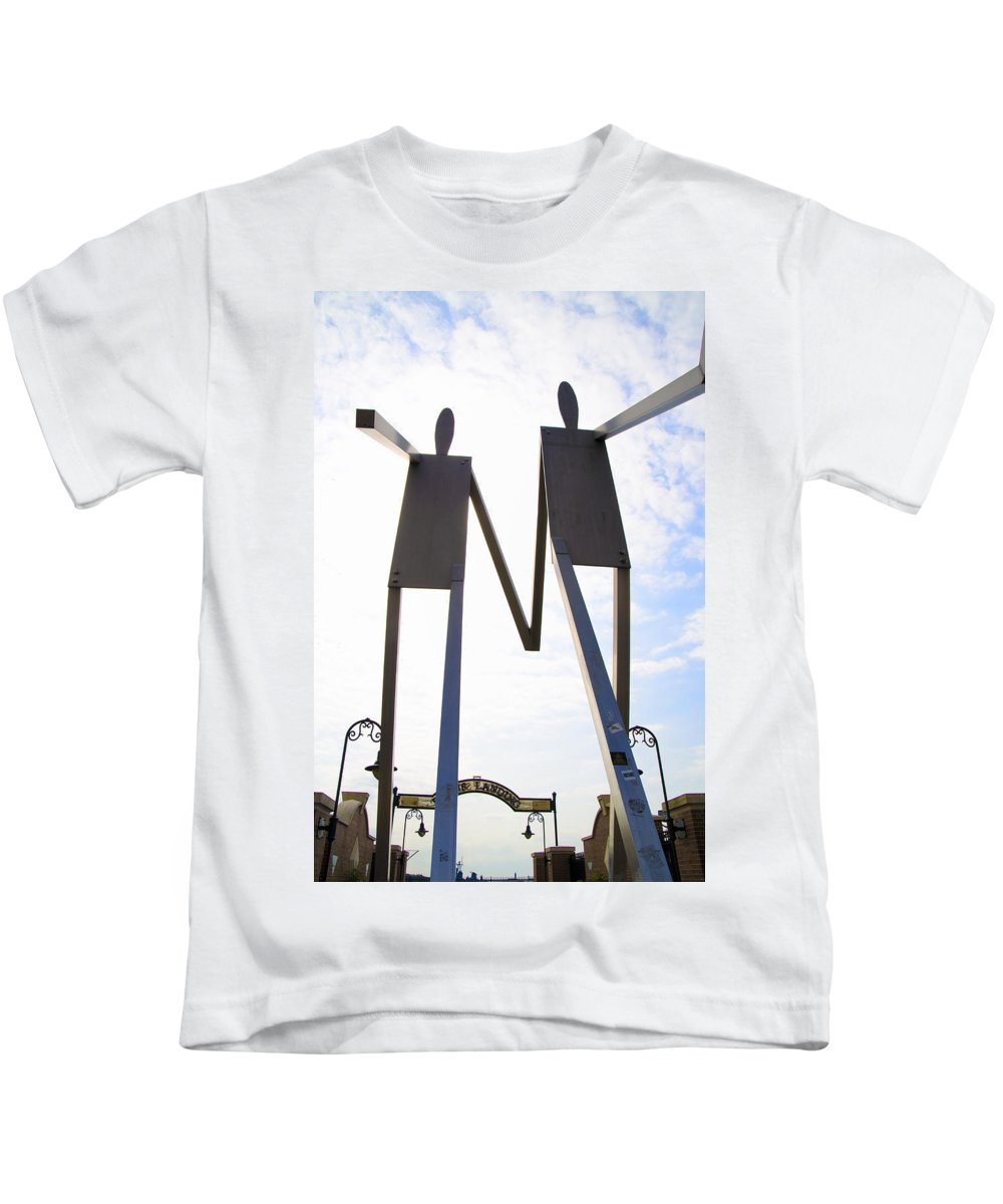 South Kids T-Shirt featuring the photograph South Street Stick Men Statue by Bill Cannon