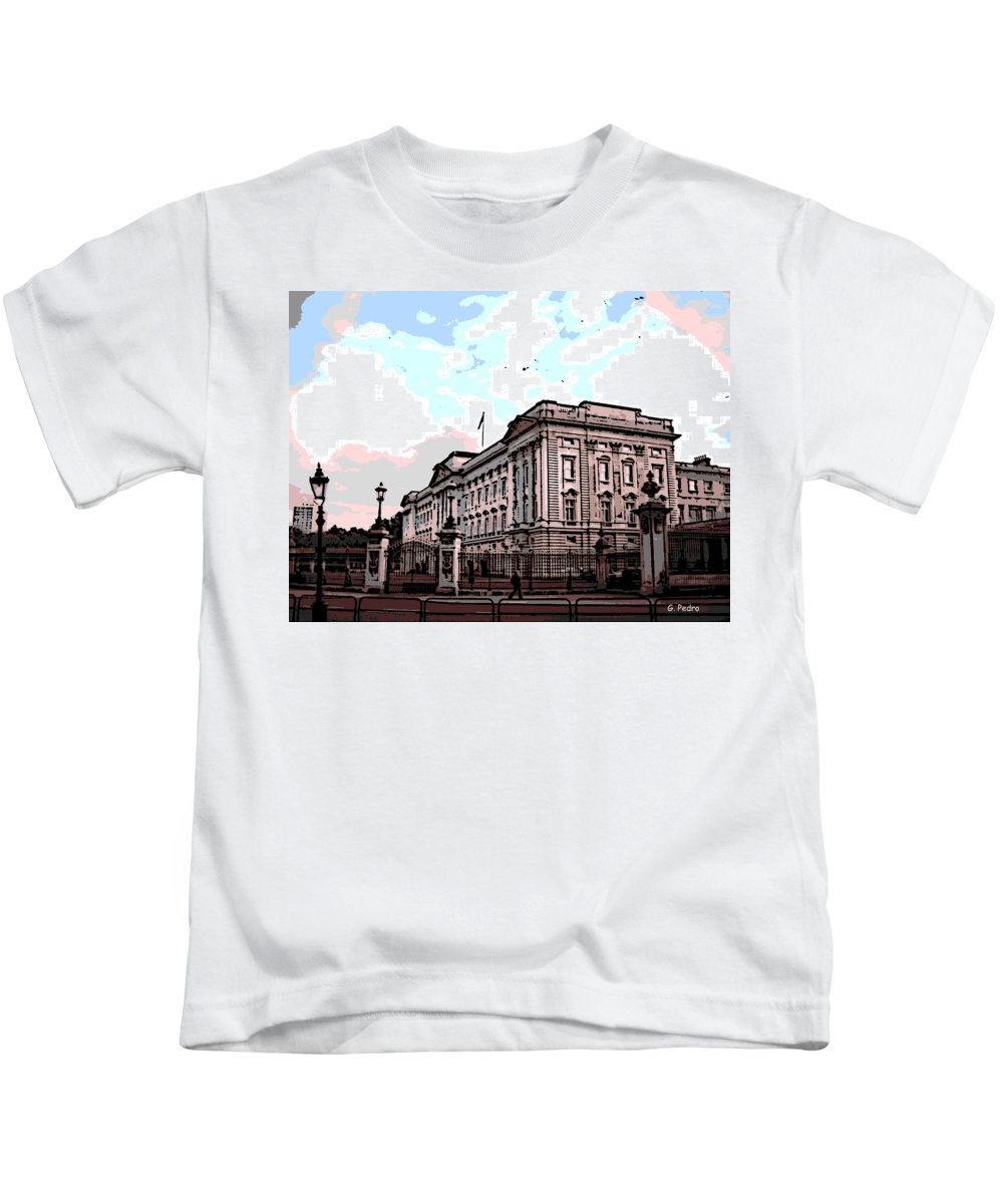 Buckingham Kids T-Shirt featuring the photograph Buckingham Palace by George Pedro