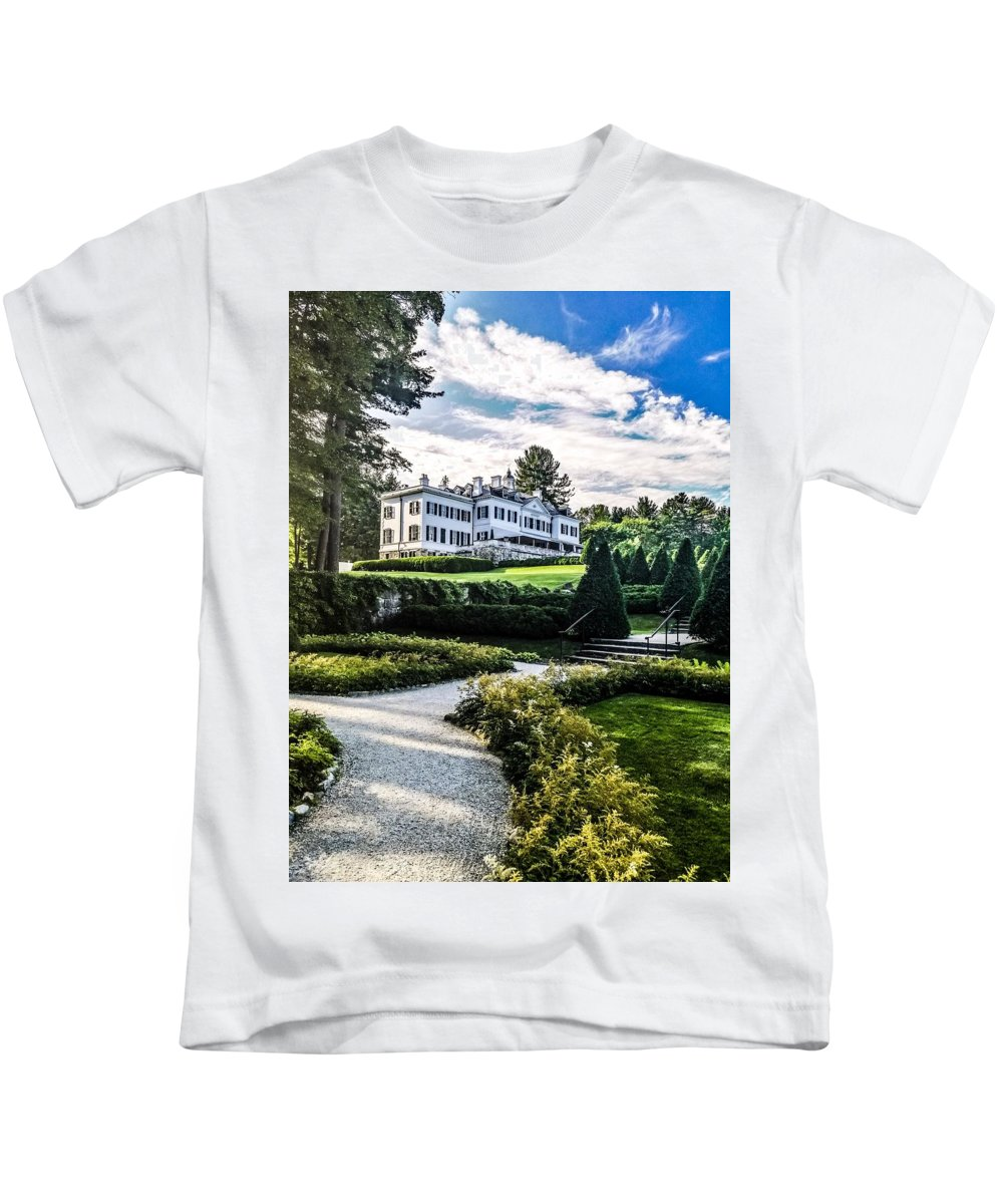 Edith Wharton Estate Historical Building Luxurylifestyle Mansion House Sky And Clouds Architecture Building Exterior Built Structure Cloud - Sky Day Grass Growth Landscape_photography Landscapes Nature No People Outdoors Plant Sky Sky And Trees Travel Destinations Tree Water Kids T-Shirt featuring the photograph Edith Wharton Mansion by Mark Sellers