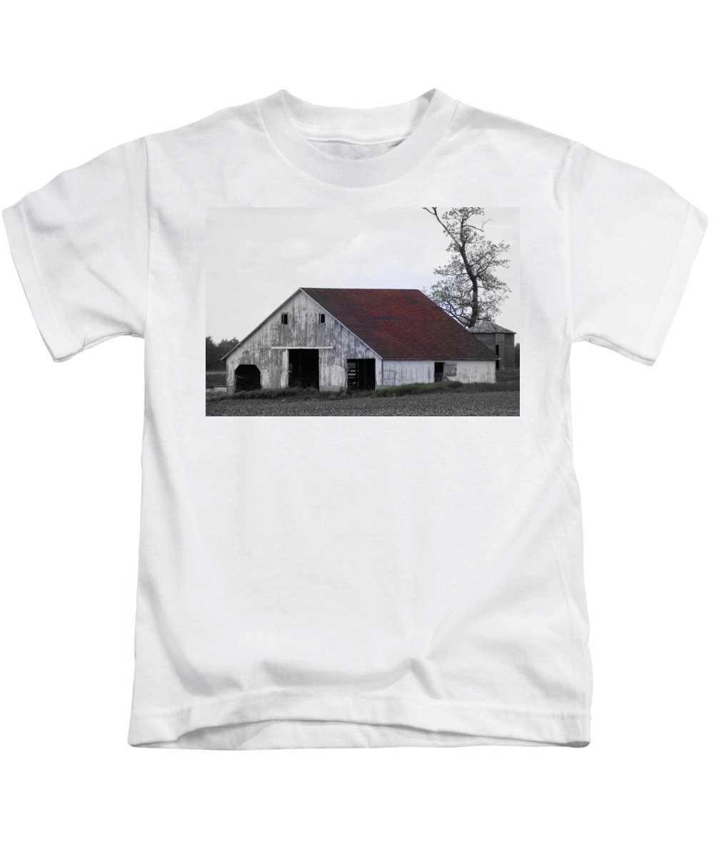 Barn Kids T-Shirt featuring the photograph Red Roof Barn by Ed Smith