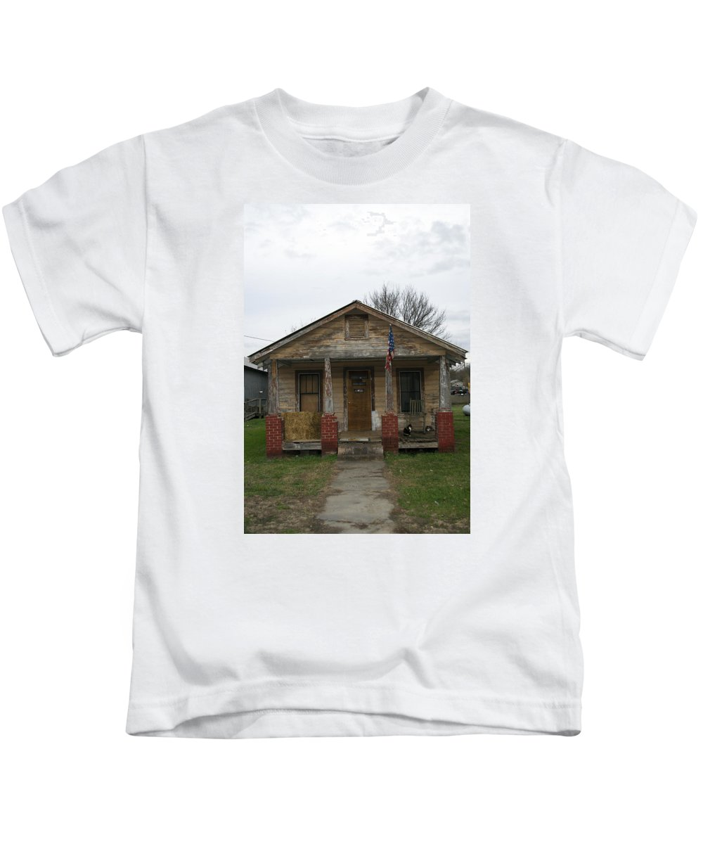 Scenic Tours Kids T-Shirt featuring the photograph The Cat House by Skip Willits