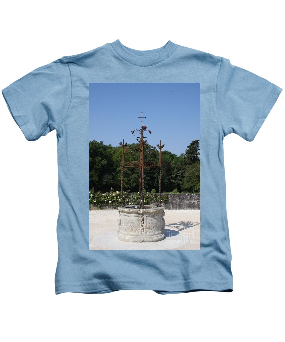 Well Kids T-Shirt featuring the photograph Chateau Chenonceau Well by Christiane Schulze Art And Photography