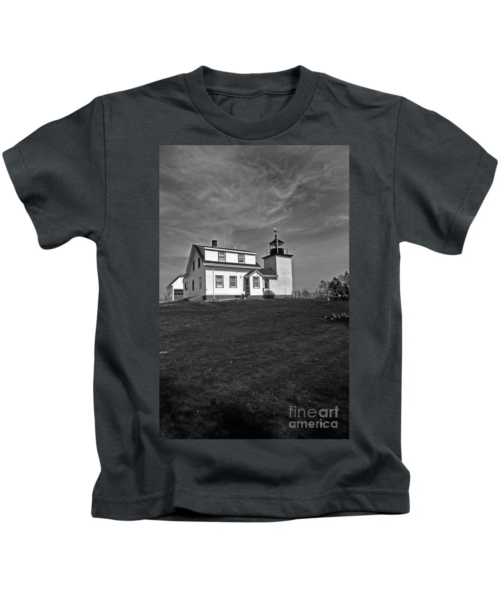 Lighthouses Kids T-Shirt featuring the photograph Fort Point Lighthouse by Skip Willits