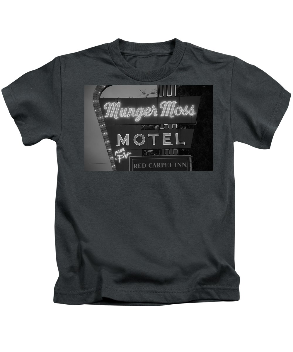 66 Kids T-Shirt featuring the photograph Route 66 - Munger Moss Motel by Frank Romeo