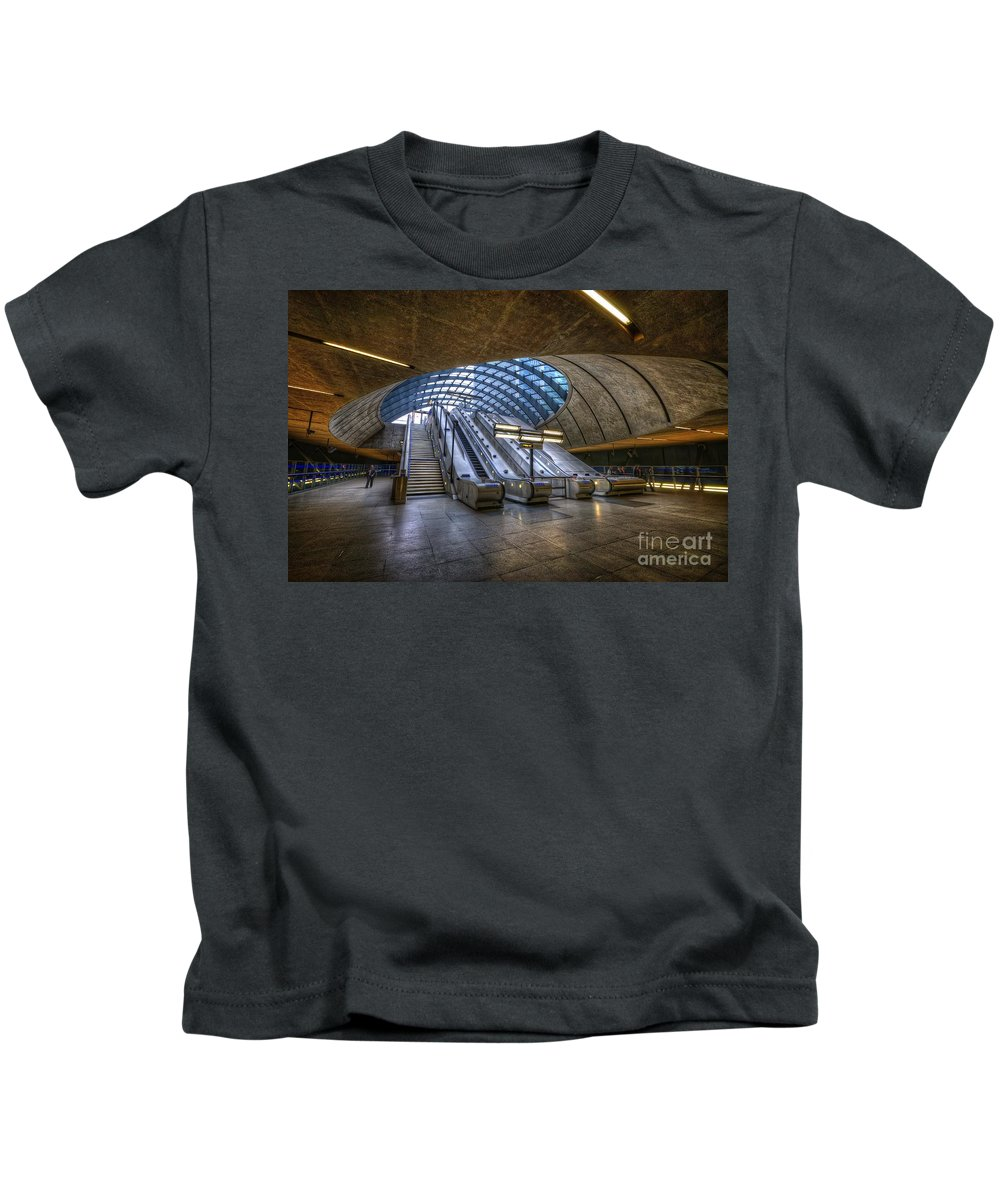 Yhun Suarez Kids T-Shirt featuring the photograph Canary Wharf 1.0 by Yhun Suarez