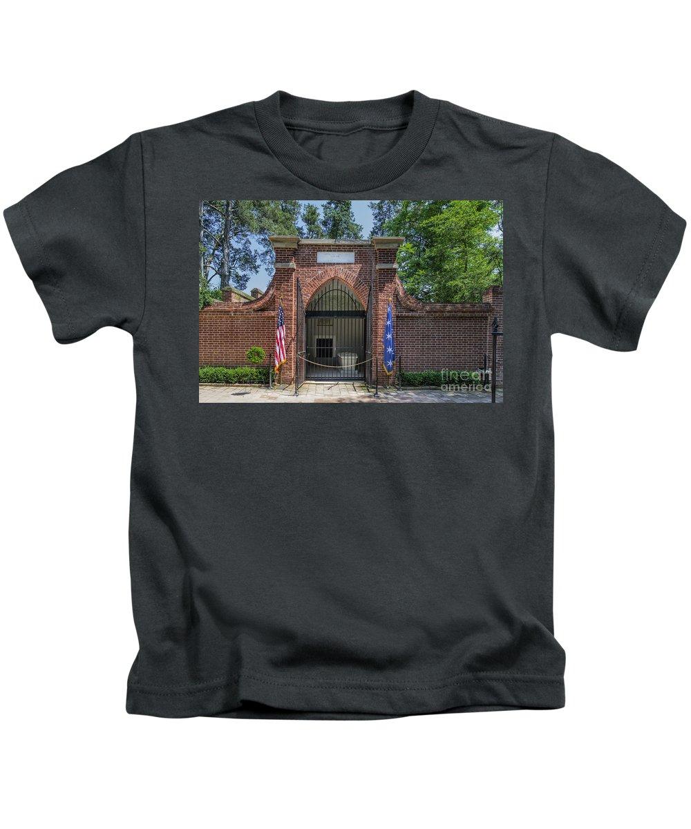 America Kids T-Shirt featuring the photograph George Washington's Tomb by John Greim