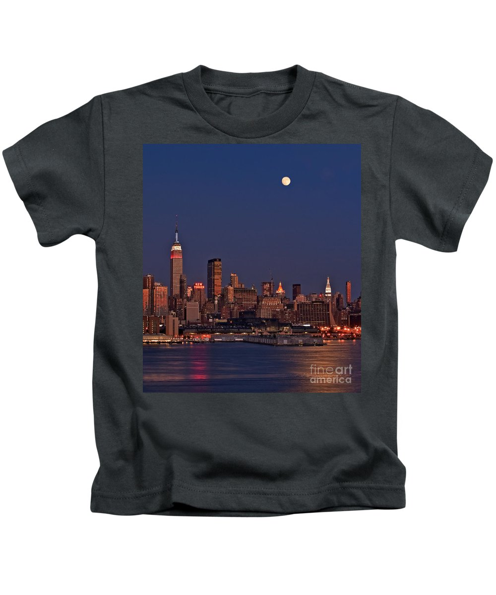 New York City Skyline Kids T-Shirt featuring the photograph Moon Rise Over Manhattan by Susan Candelario