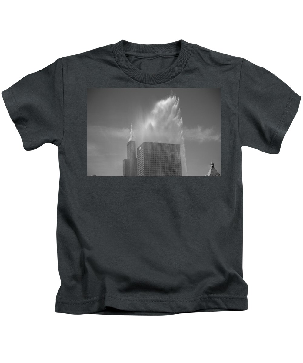 America Kids T-Shirt featuring the photograph Chicago - Buckingham Fountain by Frank Romeo