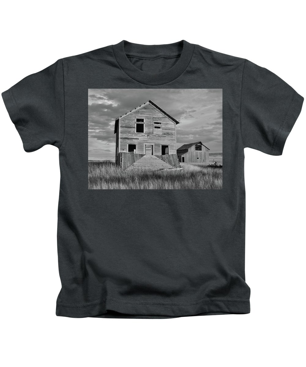 Abandoned Building Kids T-Shirt featuring the photograph Montana Memories by Lindy Pollard
