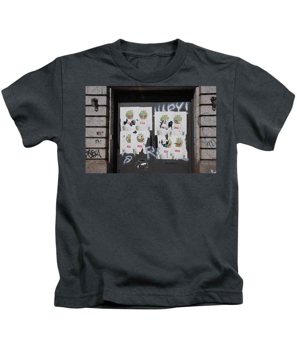 Kermit The Frog Kids T-Shirt featuring the photograph N Y C Kermit by Rob Hans
