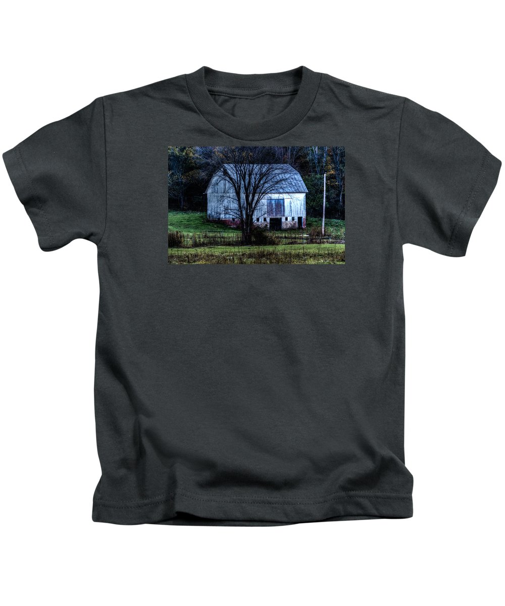 68steelphotos Kids T-Shirt featuring the photograph Old Barn by Scott Bryan