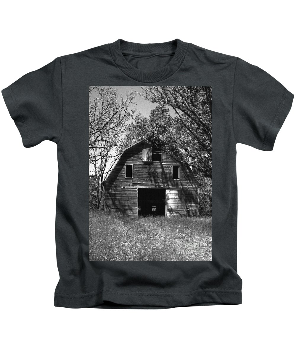 Barrns Kids T-Shirt featuring the photograph Old Cedar Barn by Richard Rizzo