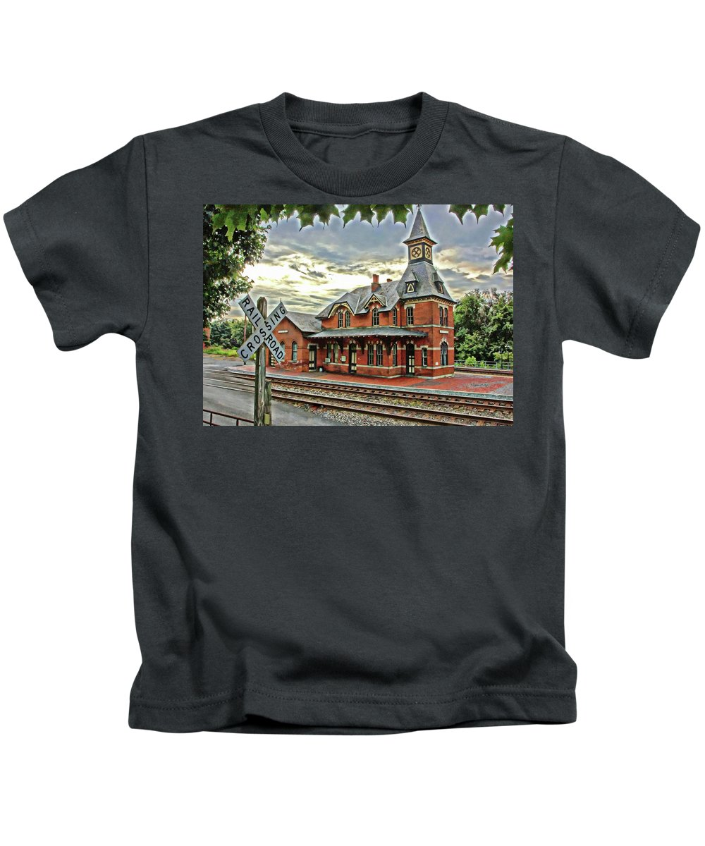 Point Of Rocks Kids T-Shirt featuring the photograph Point Of Rocks Train Station by Suzanne Stout