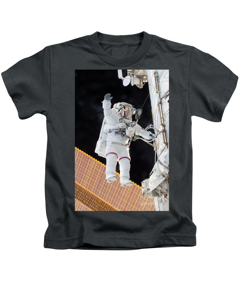 Astronomy Kids T-Shirt featuring the photograph Scott Kelly, Expedition 46 Spacewalk by Science Source