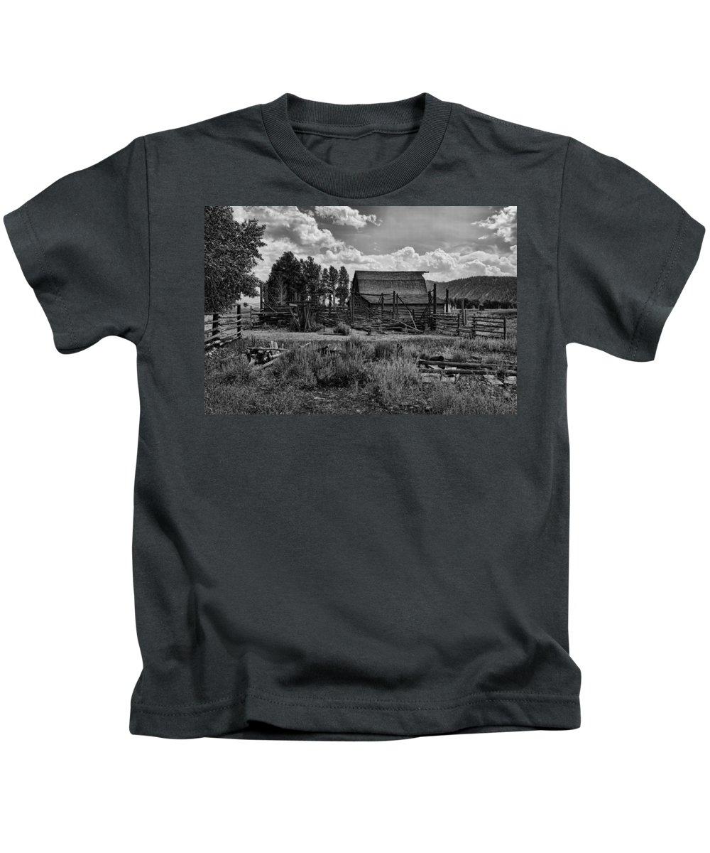Barn Kids T-Shirt featuring the photograph Settler's Barn by Hugh Smith