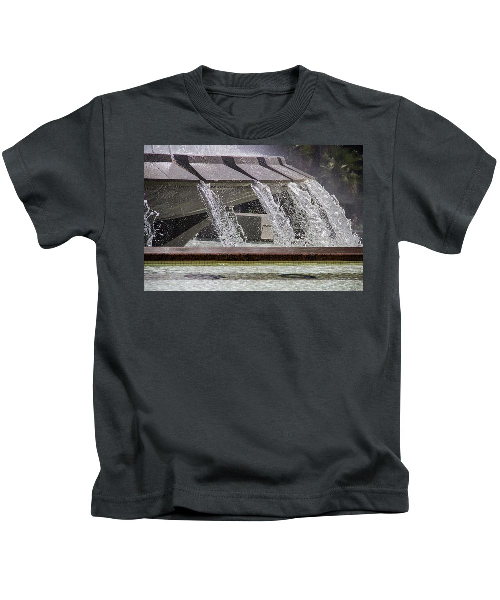 Arthur J. Will Kids T-Shirt featuring the photograph Arthur J. Will Memorial Fountain At Grand Park by Roslyn Wilkins