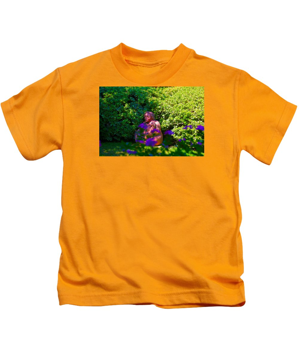 Joe T Garcias Kids T-Shirt featuring the photograph Joe T Garcias Sculpture by Charles Loftin