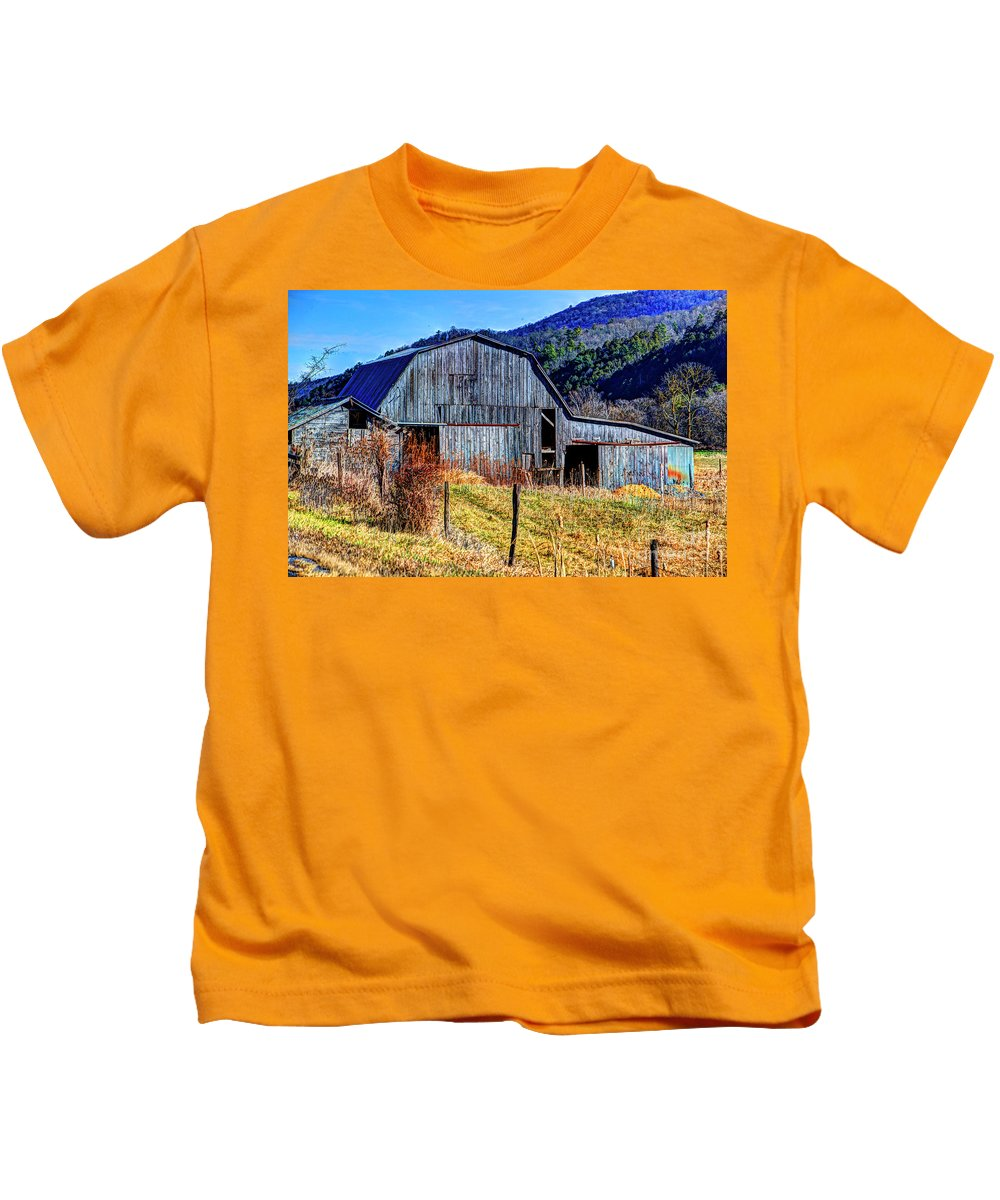 Old Barn Kids T-Shirt featuring the photograph Old Barn In West Virginia Mountains 4836 Fusedt by Doug Berry