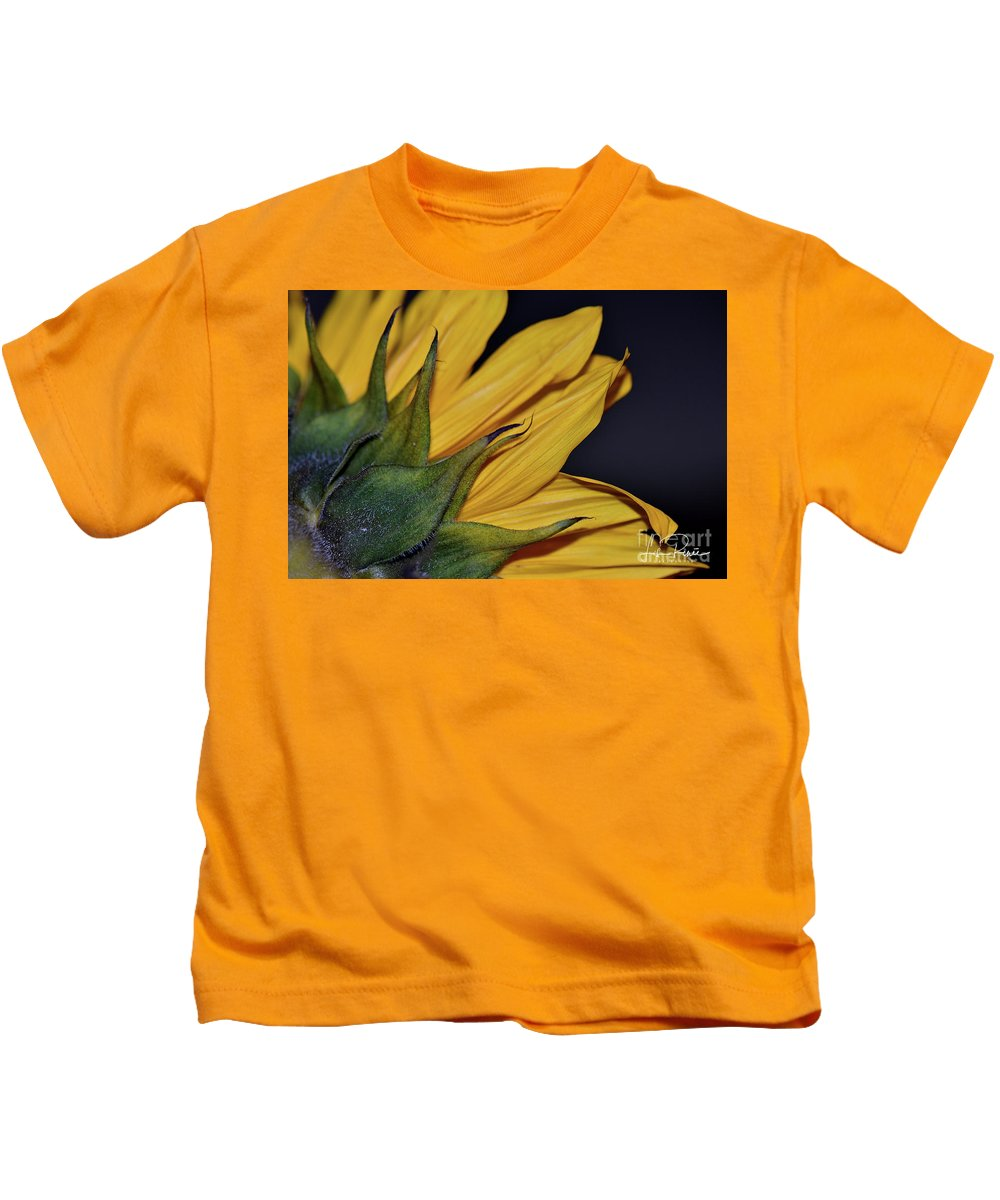 Sunflower Kids T-Shirt featuring the photograph Rustic Elegance by Lisa Renee Ludlum