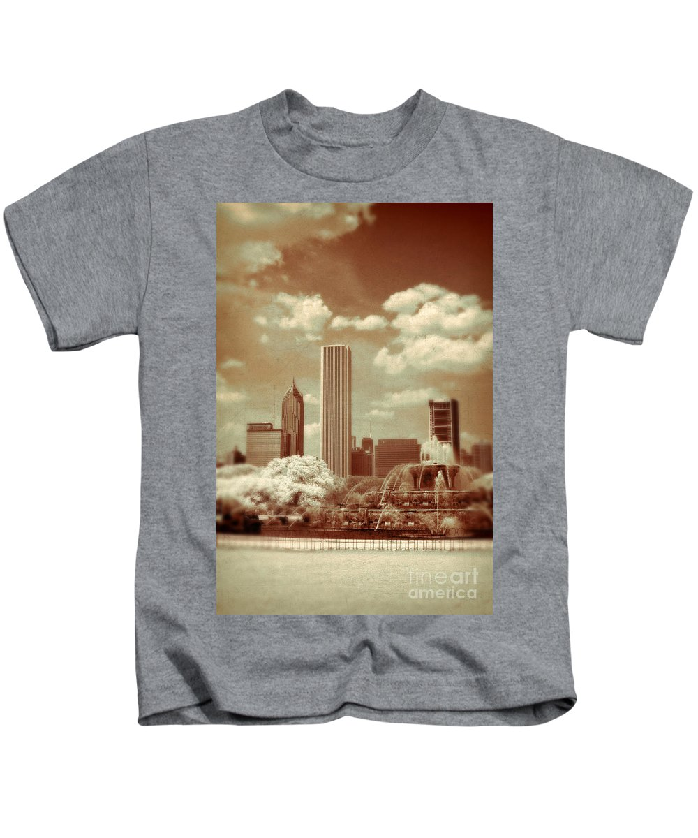 Fountain Kids T-Shirt featuring the photograph Buckingham Fountain In Chicago by Jill Battaglia