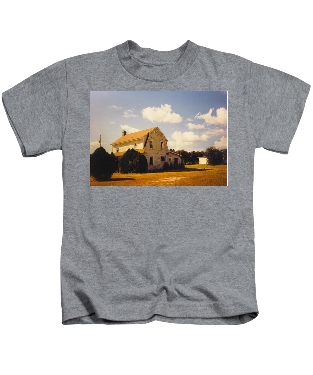 Old Farmhouse On Pine Island Road Kids T-Shirt featuring the photograph Farmhouse Landscape by Robert Floyd