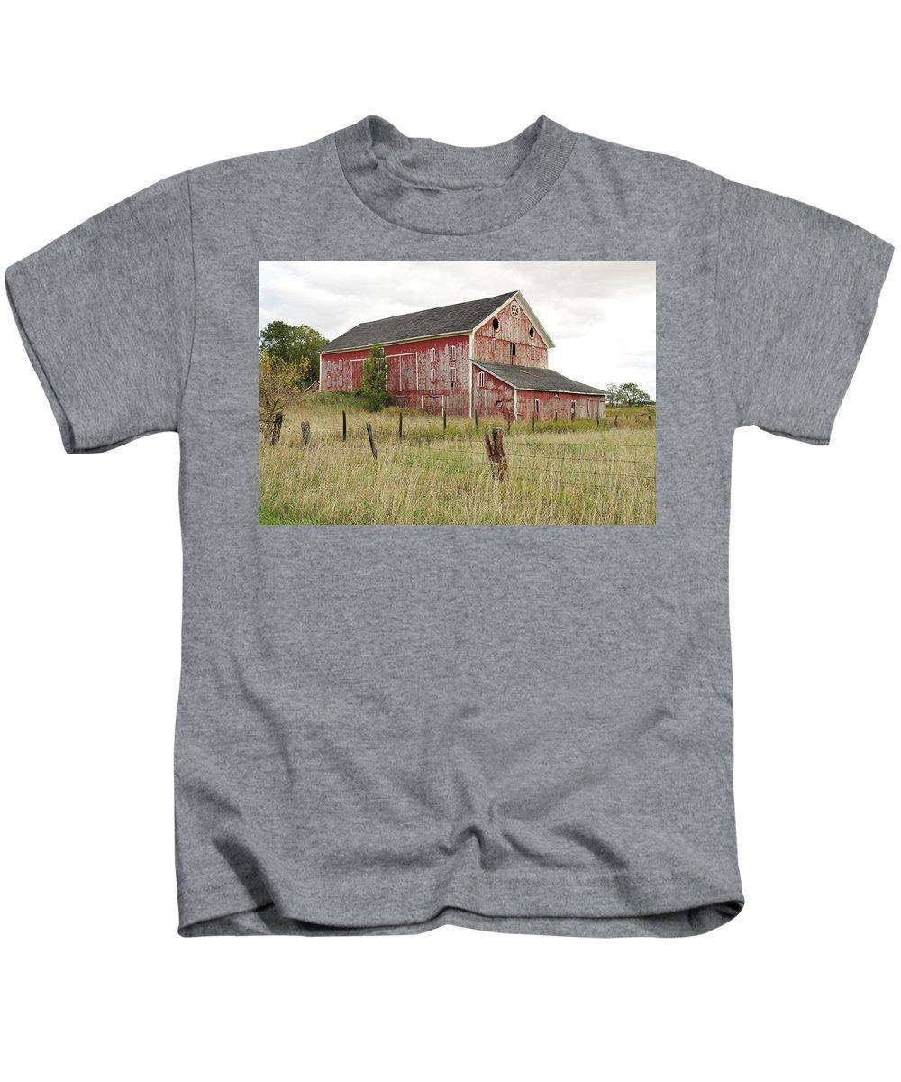Barn Kids T-Shirt featuring the photograph Ligonier Barn by David Arment